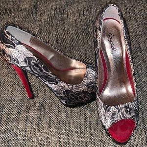Quipid lace high heeled stilettos NWOT